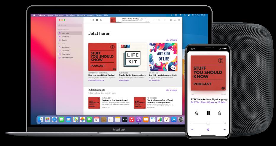 """Das App """"Podcasts""""-Fenster mit dem Bildschirm """"Jetzt anhören"""" auf einem Mac und iPhone und einem HomePod im Hintergrund."""