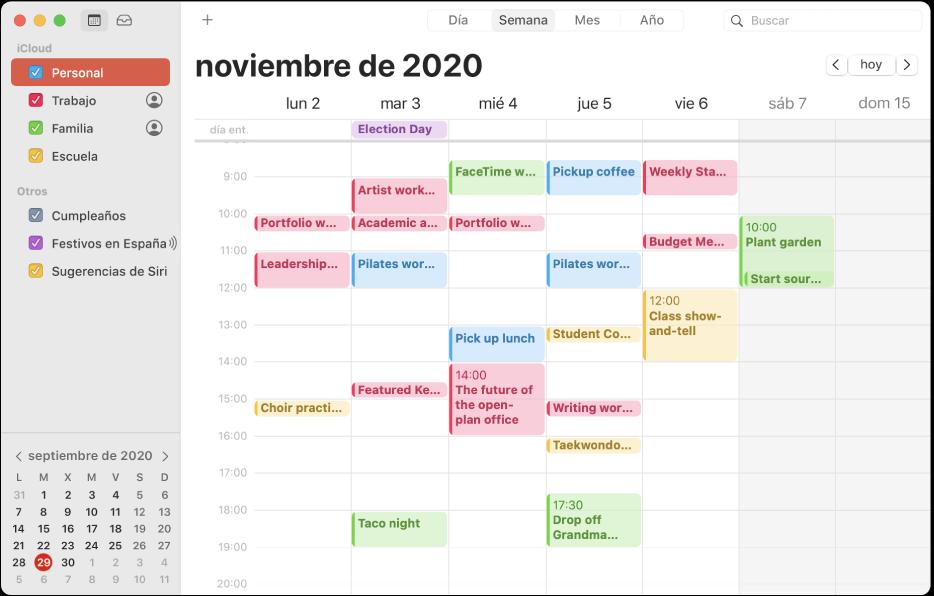 Ventana de Calendario en la visualización Mes donde se muestran los calendarios personal, de trabajo, familiar y del centro educativo con códigos de colores en la barra lateral bajo la cabecera de la cuenta de iCloud.
