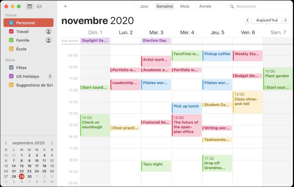 Une fenêtre Calendrier en présentation Mois affichant dans la barre latérale des calendriers personnels, professionnels, familiaux et scolaires auxquels est appliqué un code couleur sous l'en-tête du compte iCloud.