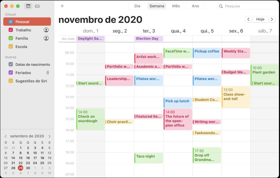 Uma janela do Calendário na vista de Mês a mostrar os calendários pessoal, profissional, familiar e escolar divididos por cores na barra lateral na secção da conta iCloud.