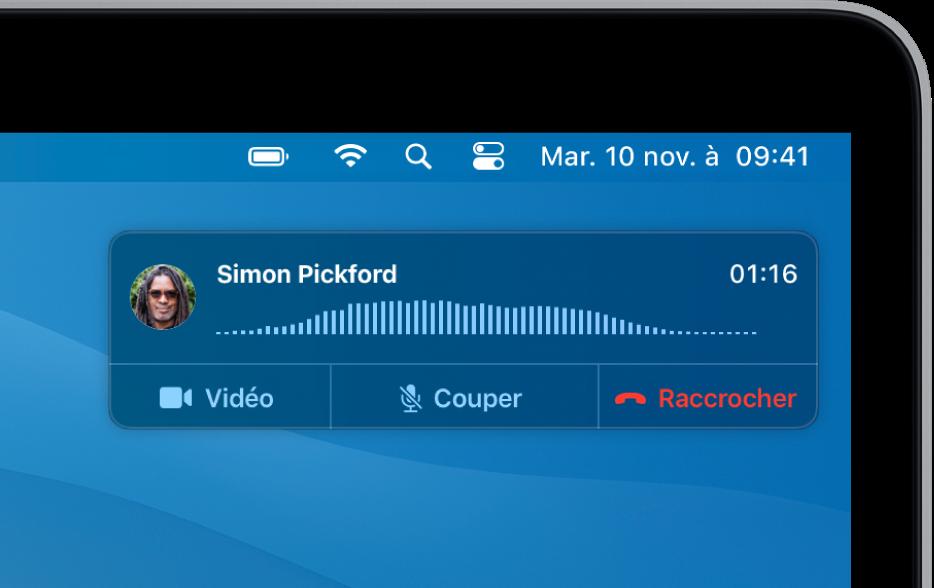 Une notification s'affiche en haut à droite de l'écran du Mac, montrant qu'un appel téléphonique est en cours.