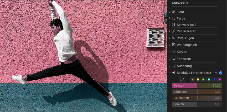 Ein Foto nach einer selektiven Farbkorrektur; die Farbe der Wand im Hintergrund wurde von braun zu pink geändert.