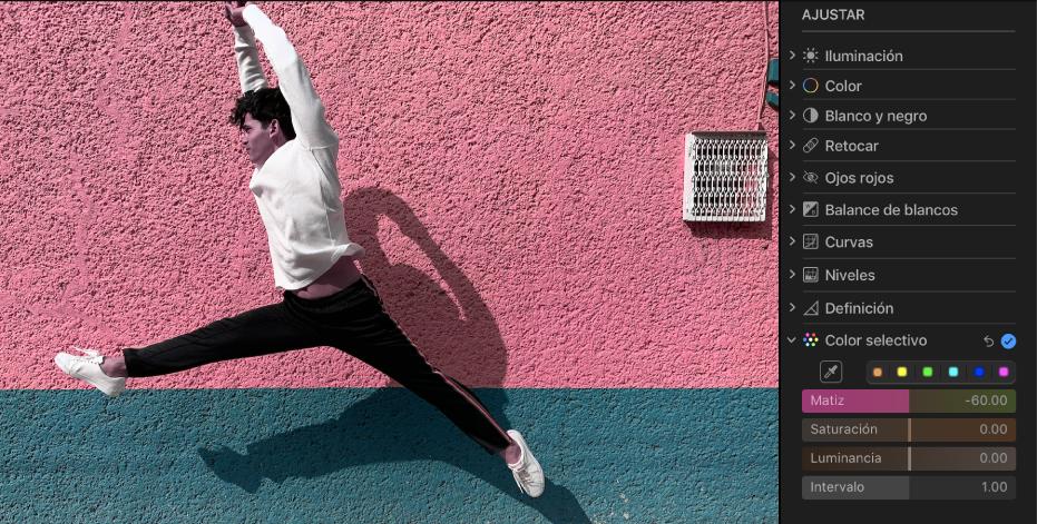 Una foto tras un ajuste de color selectivo mostrando la pared café del fondo cambiada a rosa.