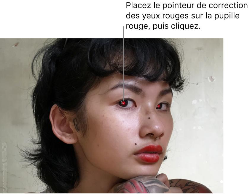 La photo d'une personne avec des pupilles rouges.