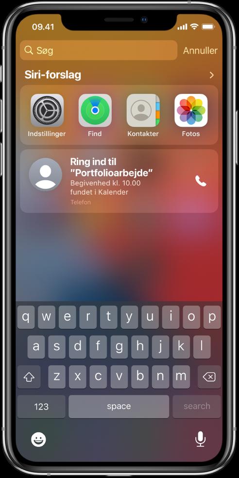 """Den låste skærm på iPhone. Under """"Siri-forslag"""" vises Indstillinger, Find, Kontakter og Fotos. Under appforslagene er der et forslag om at ringe op til et projektmøde, som findes som en begivenhed i Kalender."""