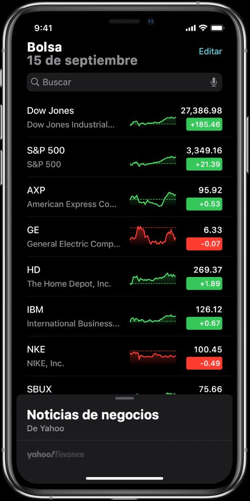 Una lista de seguimiento mostrando varias acciones. Cada acción en la lista muestra, de izquierda a derecha, el símbolo y nombre de la acción, una gráfica de rendimiento, el precio la acción y los cambios en su precio. En la parte superior de la pantalla, arriba de la lista de seguimiento, está el campo de búsqueda. Debajo de la lista de seguimiento está Business News. Desliza hacia arriba sobre Business News para ver artículos.