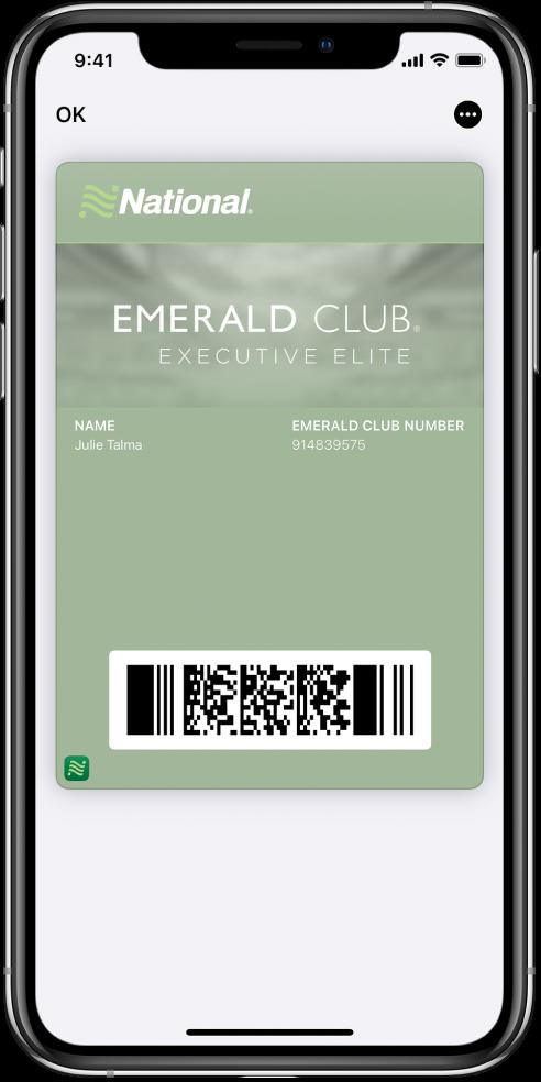 Tarjeta de embarque en Wallet con información del vuelo y el código QR abajo.