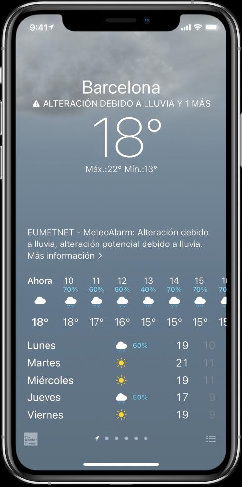"""Pantalla Tiempo que muestra, de arriba abajo: la ubicación, un aviso de tormenta eléctrica intensa, la temperatura actual, la temperatura máxima y mínima del día y una gráfica que muestra los niveles de precipitación para la próxima hora. En la parte inferior de la pantalla está la previsión horaria seguida de una fila de puntos que muestra cuántas ubicaciones hay en la lista de ubicaciones. En la esquina inferior derecha, se encuentra el botón """"Editar ciudades""""."""