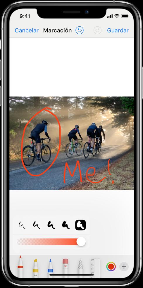Foto en la pantalla de marcación. La foto se muestra en el centro de la pantalla. Debajo de la foto están las siguientes herramientas de marcación: bolígrafo, marcador, lápiz, borrador, lazo, selector de color y el botón de más opciones. El botón Cancelar se encuentra en la parte superior izquierda de la pantalla y el botón Guardar está en la parte superior derecha.