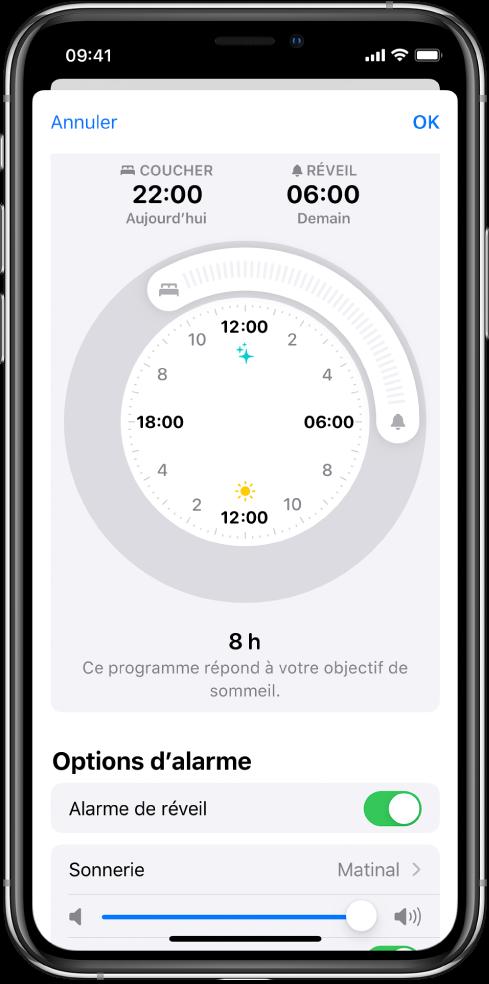 L'écran de configuration de Sommeil est affiché dans l'app Santé. Il y a une horloge au milieu de l'écran. Sommeil est configuré pour 22h et Réveil à 6h. Sous «Options d'alarme», l'option «Alarme de réveil» est activée, le son est Matinal et le volume est défini sur élevé.
