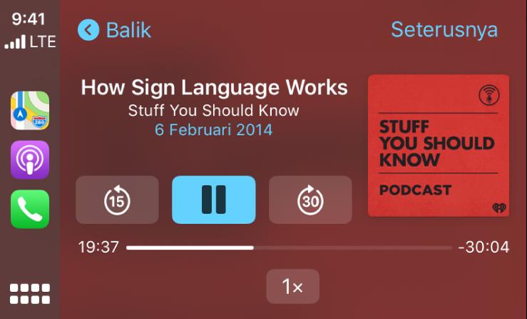 Papan Pemuka CarPlay menunjukkan podcast How Sign Language Works oleh Stuff You Should Know dimainkan.