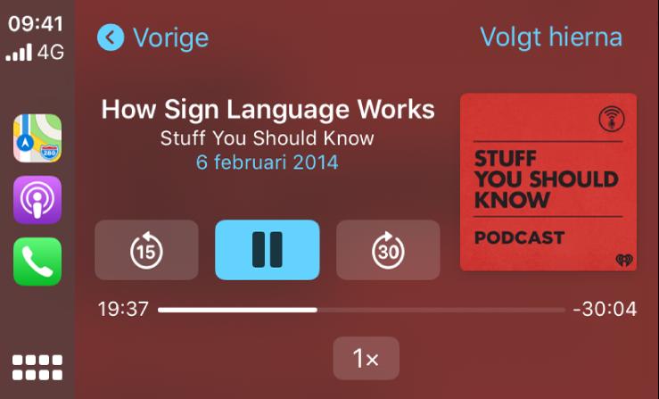 Het CarPlay-dashboard waarop de podcast 'How Sign Language Works' van Stuff You Should Know wordt afgespeeld.