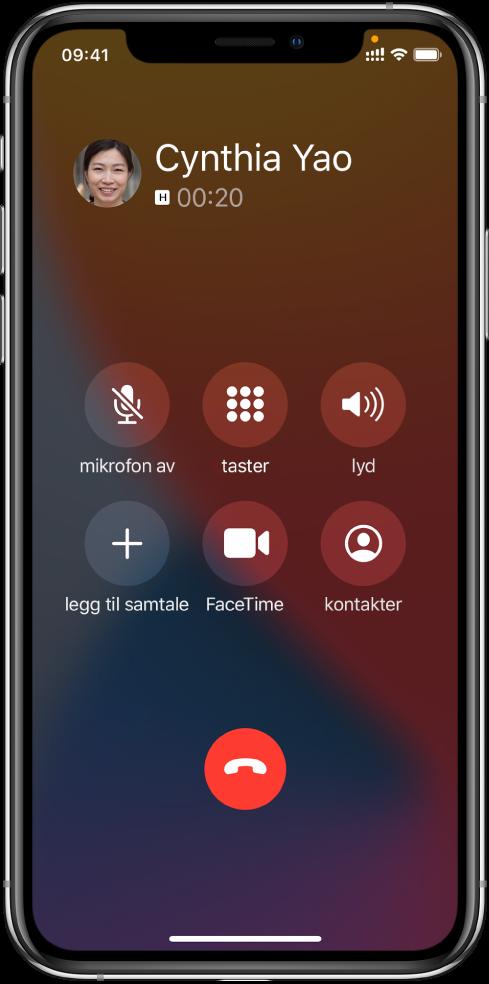 Telefon-skjermen, med valgene som er tilgjengelige når du er i en samtale. I øverste rad fra venstre mot høyre er lyd av-, tastatur- og høyttaler-knappene. I nederste rad fra venstre mot høyre er legg til samtale, FaceTime- og kontakter-knappene.