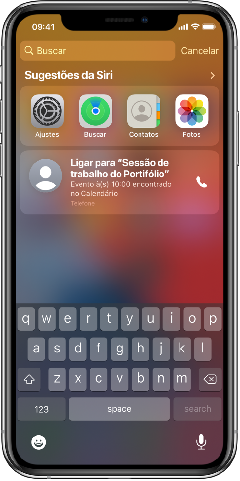 """Tela Bloqueada do iPhone. Os apps Ajustes, Buscar, Contatos e Fotos aparecem abaixo de """"Sugestões da Siri"""". Abaixo das sugestões de apps, uma sugestão para ligar para Sessão de trabalho de portfólio, um evento encontrado no Calendário."""