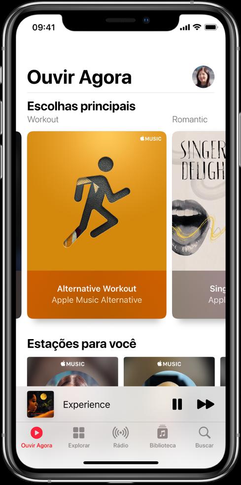 A tela Ouvir Agora mostrando o botão de perfil na parte superior direita. As playlists de Top Picks aparecem abaixo. Abaixo de Escolhas Principais, a seção Estações para Você, mostrando duas estações.