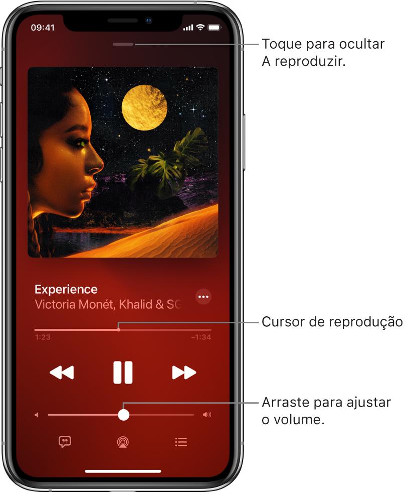 """O ecrã """"A reproduzir"""" com o grafismo do álbum. Por baixo estão o título da música, o nome do intérprete, o botão Mais, o cursor de reprodução, os controlos de reprodução, o nivelador de volume, o botão Letra, o botão Destino da reprodução e o botão Fila. O botão """"Ocultar a reproduzir"""" está na parte superior."""