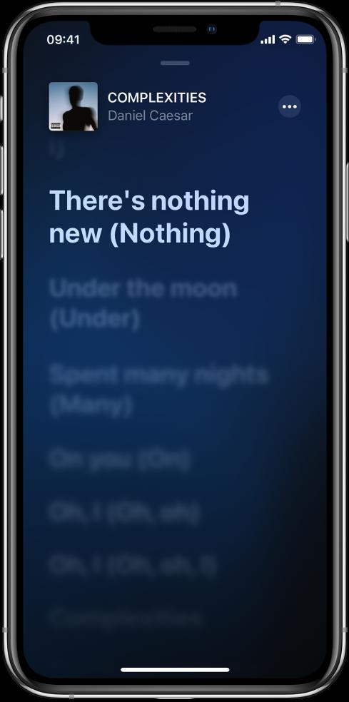 O ecrã da letra a mostrar o título da música, o nome do intérprete e o botão Mais na parte superior. A letra atual está realçada com a letra seguinte esbatida.