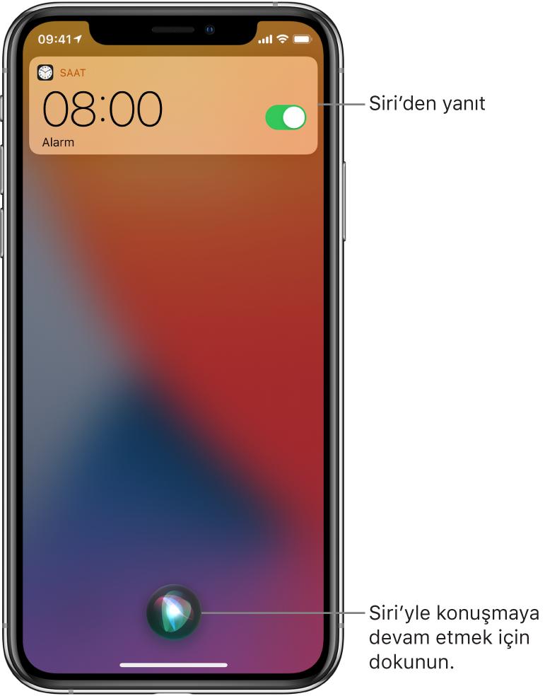 Kilitli ekranda Siri: Bir Saat uygulaması bildirimi, sabah 8 için alarm kurulduğunu gösteriyor. Ekranın alt ortasındaki düğme, Siri'yle konuşmaya devam etmek için kullanılabilir.