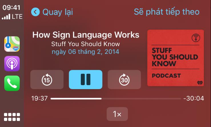 Bảng điều khiển CarPlay đang hiển thị podcast đang phát có tên How Sign Language Works của Stuff You Should Know.