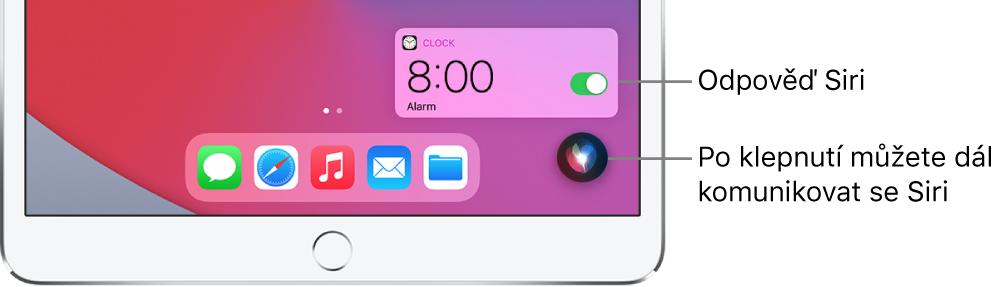 Siri na ploše. Oznámení aplikace Hodiny informuje o zapnutí budíku nastaveného na 8:00. Rozhovor se Siri pokračuje po stisknutí tlačítka vpravé dolní části obrazovky.