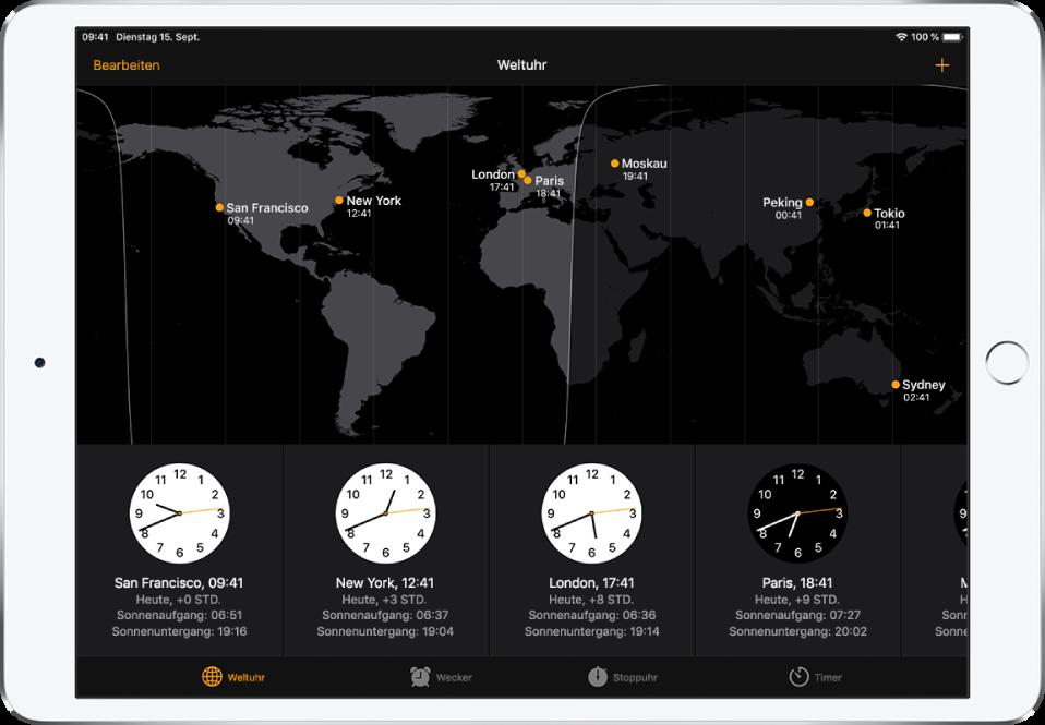 """Der Tab """"Weltuhr"""" mit der Uhrzeit in verschiedenen Städten. Tippe links oben auf """"Bearbeiten"""", um deine Städteliste zu verwalten. Tippe oben rechts auf die Taste """"Hinzufügen"""", um weitere Uhren hinzuzufügen. Unten befinden sich Tasten für """"Weltuhr"""", """"Wecker"""", """"Stoppuhr"""" und """"Timer""""."""