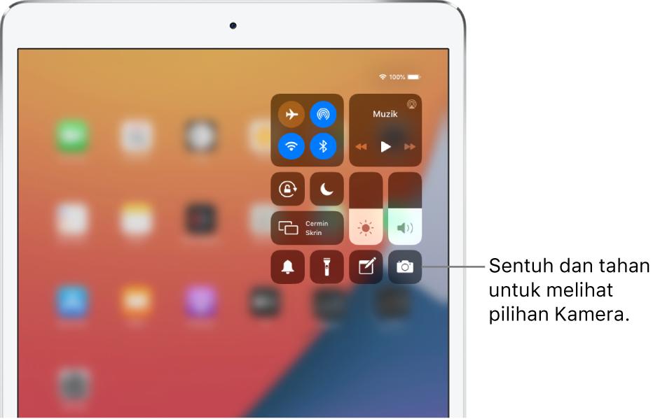 Kawalan untuk mod Pesawat, data selular, Wi-Fi dan Bluetooth di kumpulan kiri atas dalam Pusat Kawalan untuk model iPad Wi-Fi + Cellular. Petak bual ke kawalan Kamera menyatakan untuk sentuh dan tahan ikon Kamera (di bahagian kanan bawah) untuk melihat lebih banyak pilihan Kamera.
