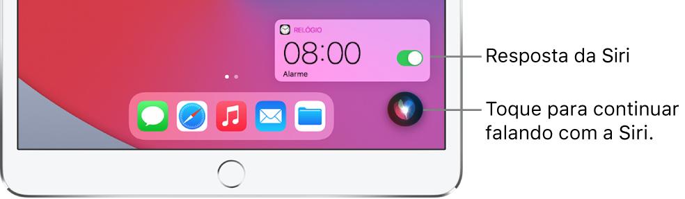 Siri na Tela de Início. Uma notificação do app Relógio mostra que um alarme está ativado para as 8 horas da manhã. Um botão na parte inferior direita da tela é usado para continuar falando com a Siri.