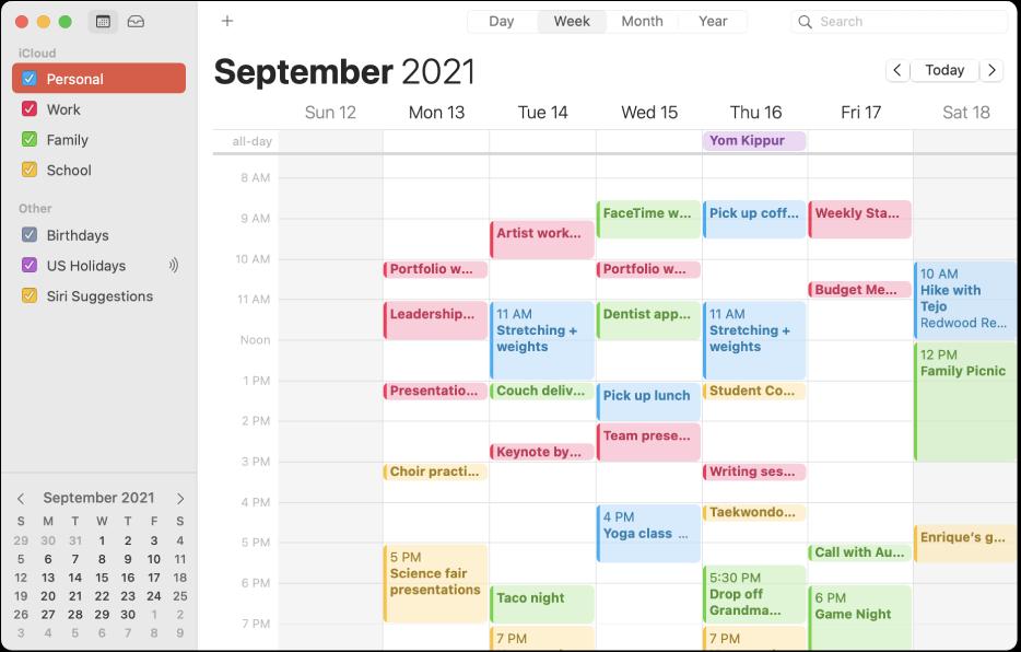 Okno apky Kalendár vzobrazení mesiaca znázorňujúce farebne kódované osobné, pracovné, rodinné aškolské kalendáre vpostrannom paneli pod hlavičkou iCloud účtu.