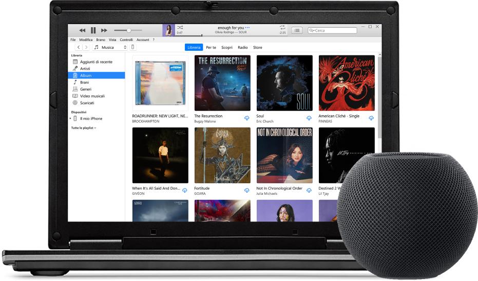 Un PC con iTunes sullo schermo e un HomePod mini vicino.