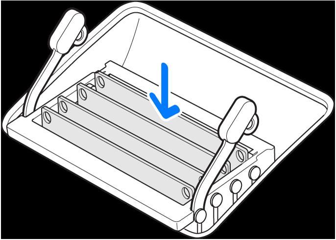 Ilustracja przestawiająca sposób instalowania modułu pamięci.
