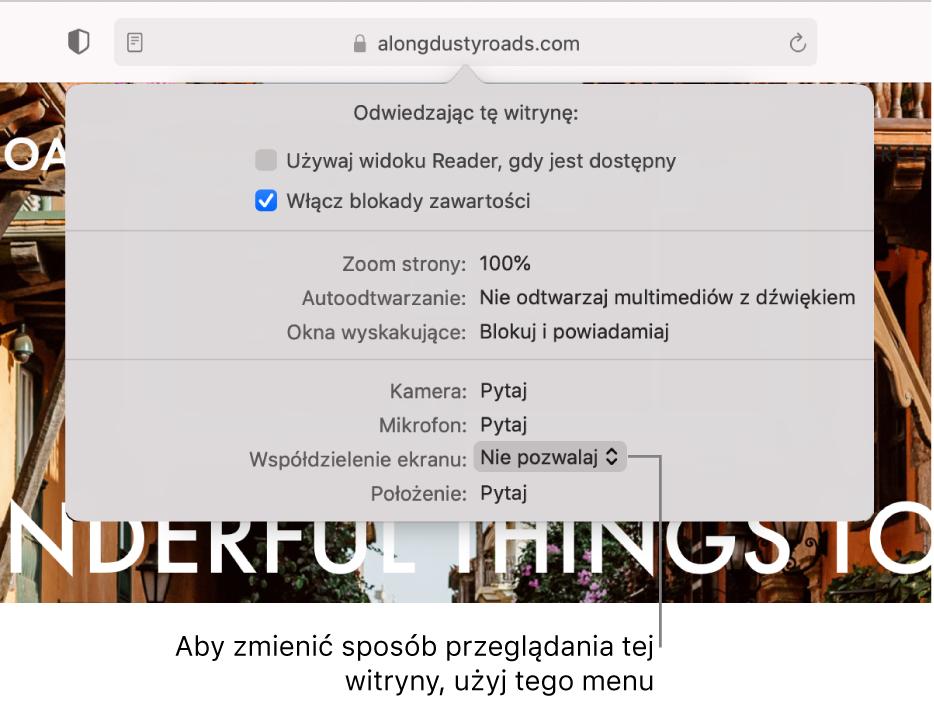 Okno dialogowe wyświetlane poniżej inteligentnego pola wyszukiwania po wybraniu polecenia menu Safari> Ustawienia dotyczące tej witryny. Okno to zawiera opcje pozwalające na dostosowywanie sposobu przeglądania bieżącej witryny, takie jak używanie widoku Reader, włączanie blokady zawartości iinne.