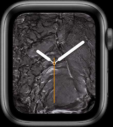 Циферблатът Liquid Metal (Течен метал), показващ аналогов часовник в средата и течен метал около него.