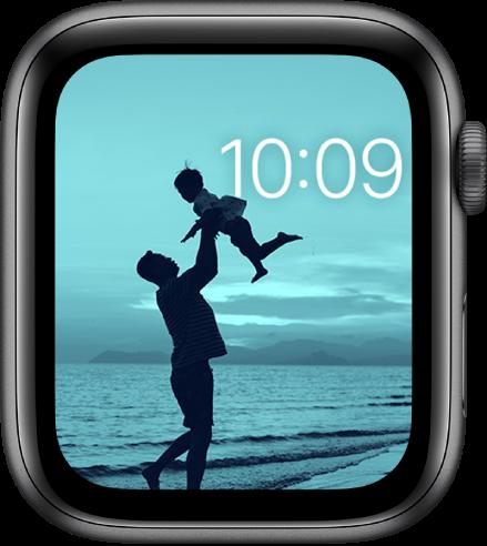 Циферблатът Photos (Снимки), показващ снимка от вашия синхронизиран албум със снимки. Часът в горе вдясно.