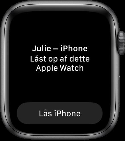 """Skærmen på Apple Watch, der viser ordene """"Julies iPhone blev låst op af dette Apple Watch"""". Knappen Lås iPhone vises nedenunder."""