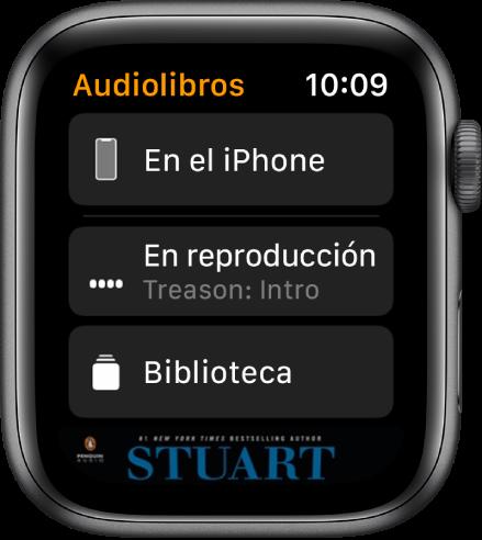 """Apple Watch mostrando la pantalla Audiolibros con el botón """"En el iPhone"""" en la parte superior, los botones """"Ahora suena"""" y """"Biblioteca"""" debajo, y una parte de la portada del audiolibro en la parte inferior."""