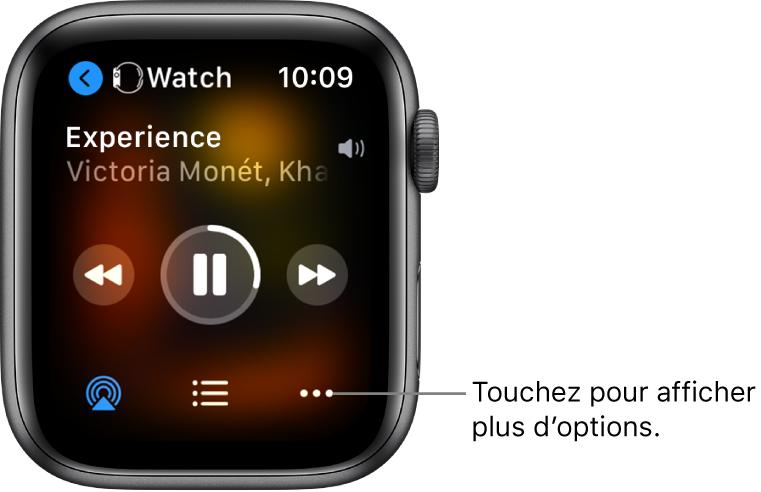 L'écran «Àl'écoute» affichant Watch en haut à gauche, avec une flèche pointant vers la gauche, qui vous permet d'accéder à l'écran de l'appareil. Le titre d'un morceau et le nom de l'artiste figurent en dessous. Les commandes de lecture se trouvent au milieu. Les boutons AirPlay et «Plus d'options» ainsi que la liste des pistes se trouvent en bas de l'écran.