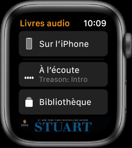 L'AppleWatch affichant l'écran «Livres audio» avec le bouton «Sur l'iPhone» en haut, les boutons «À l'écoute» et «Bibliothèque» en dessous et une partie de la couverture d'un livre audio en bas.