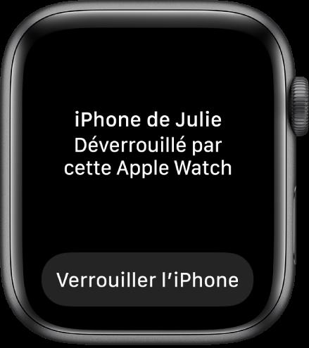 AppleWatch affichant les mots «iPhone de Julie déverrouillé par cette AppleWatch». Le bouton «Verrouiller l'iPhone» apparaît en dessous.