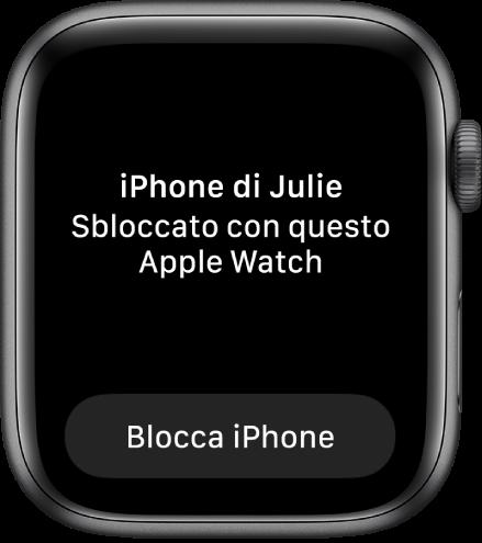 """La schermata di AppleWatch che mostra le parole """"iPhone di Julia sbloccato da Apple Watch"""". Il pulsante """"Blocca iPhone"""" si trova al di sotto."""