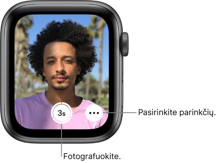 """Kai """"AppleWatch"""" naudojamas kaip nuotolinis fotoaparato valdymo pultas, jo ekrane rodomas """"iPhone"""" fotoaparato rodinys. Fotografavimo mygtukas pateiktas apačioje centre, o """"More Options"""" mygtukas pateiktas apačioje dešinėje. Užfiksavus nuotrauką, apačioje kairėje pateikiamas nuotraukų žiūryklės mygtukas."""