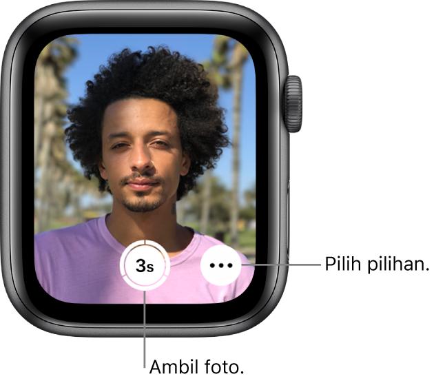 Semasa digunakan sebagai kawalan jauh kamera, skrin Apple Watch menunjukkan paparan kamera iPhone. Butang Ambil Gambar di tengah bawah manakala butang Pilihan Lanjut di kanannya. Jika anda sudah mengambil gambar, butang Pemapar Foto di kiri bawah.