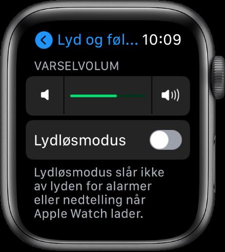 Lyder og følbar respons-innstillinger på AppleWatch, med skyveknappen for Varselvolum øverst og Lydløsmodus-knappen under.