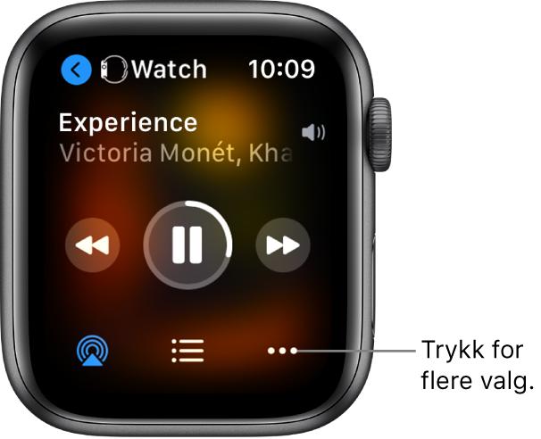 Spilles nå-skjermen som viser Watch øverst til venstre, med en pil som peker til venstre, som går til enhetsskjermen. Det vises en sangtittel og et artistnavn nedenfor. Det er avspillingskontroller i midten. Knapper for AirPlay, sporliste og flere valg er nederst.