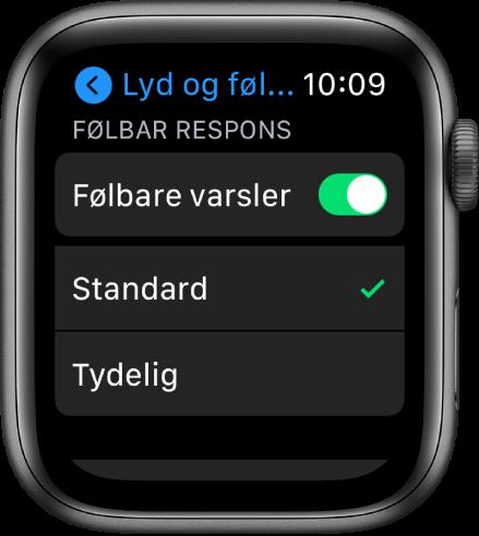 Innstillingene for lyd og følbar respons på Apple Watch, med Følbare varsler-bryteren og valgene Standard og Tydelig nedenfor.