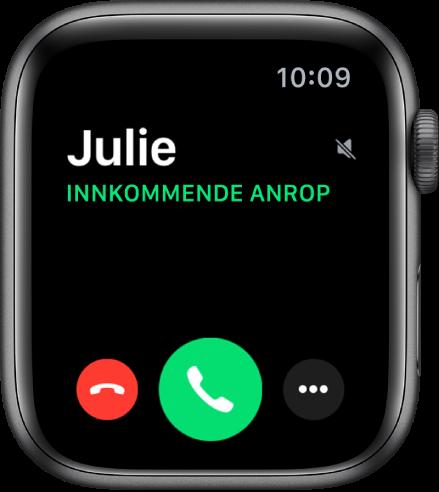 AppleWatch-skjermen når du mottar et anrop: navnet på den som ringer, ordene «Innkommende anrop», den røde Avvis-knappen, den grønne Svar-knappen og Flere valg-knappen.