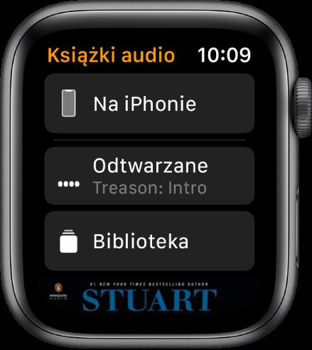 AppleWatch wyświetlający ekran Książki audio; na górze wyświetlany jest przycisk Na iPhonie, pod nim przyciski Odtwarzane oraz Biblioteka, ana dole fragment grafiki okładki książki audio.