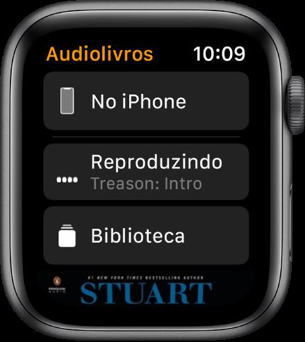 Apple Watch mostrando a tela Audiolivros com o botão No iPhone na parte superior, os botões Reproduzindo e Biblioteca abaixo, e uma parte da capa de um audiolivro na parte inferior.