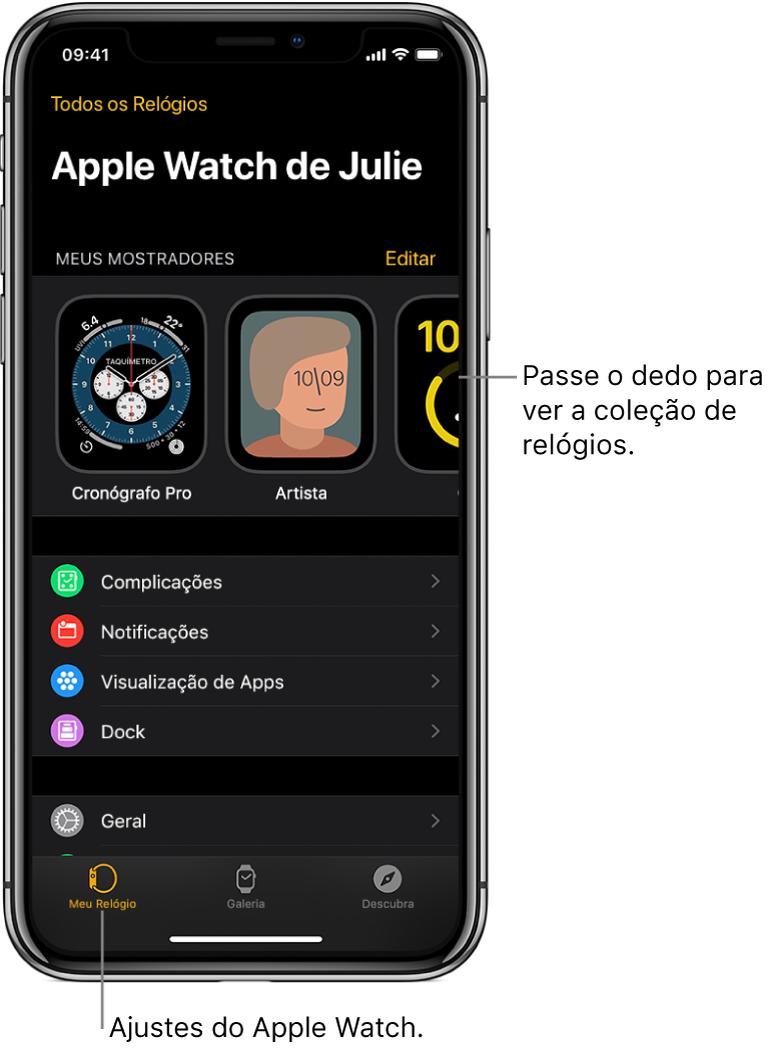 A primeira tela do app AppleWatch no iPhone é Meu Relógio, que exibe os mostradores próximo da parte superior e os ajustes na parte inferior. Há três abas na parte inferior da tela do app Apple Watch: a aba esquerda, Meu Relógio, onde você faz os ajustes no Apple Watch; a aba seguinte, Galeria de Mostradores, onde você pode explorar os mostradores e complicações disponíveis; e por fim, Descubra, onde você pode saber mais sobre o Apple Watch.
