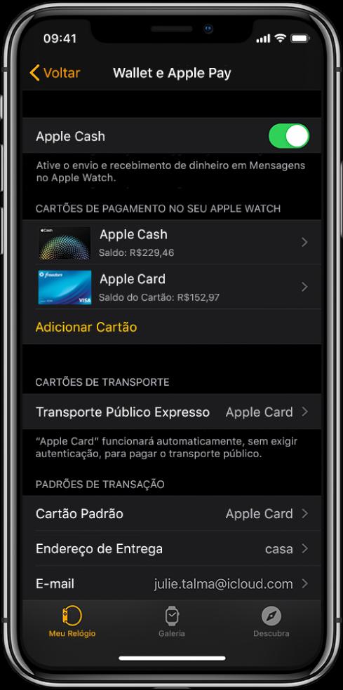 """A tela """"Wallet e ApplePay"""" no app AppleWatch do iPhone. A tela mostra cartões adicionados ao Apple Watch, o cartão escolhido para uso no transporte público expresso e as configurações padrões de transação."""