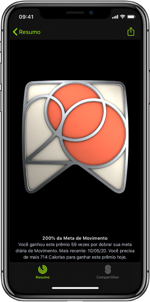A aba Prêmios na tela do app Preparo Físico no iPhone, mostrando um prêmio por conquista no centro da tela. Você pode arrastar e girar o prêmio. O botão Compartilhar está no canto superior direito.